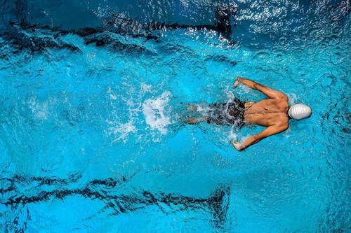 Aprovecha la piscina para quemar calorías este verano: tres entrenamientos que puedes poner en práctica
