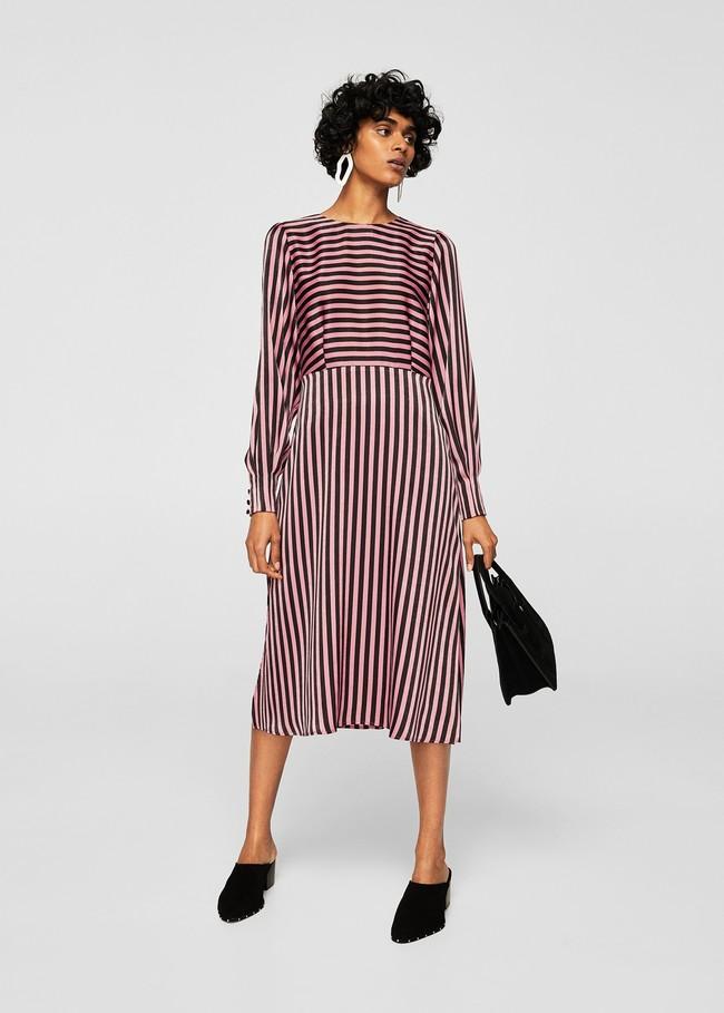 3e2e9222a3 Las rayas arrasan esta temporada y este vestido es igual de ideal para  llevar a la oficina como para una cena elegante. Cuesta 29