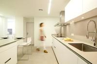 Compensar la ausencia de luz natural con colores claros en la cocina