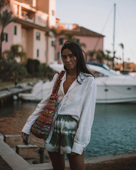 Las rebajas de H&M nos invitan a lucir el combo más versátil del verano: blusa más bermuda
