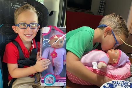 """Una madre comparte las fotos de su hijo con la muñeca que pidió de regalo porque """"quiere ser un gran padre"""""""