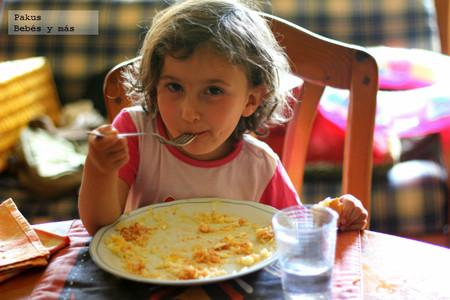 Recetas de verano para los peques: arroz con tomate y huevos