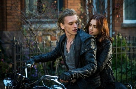 Jamie Campbell Bower y Lily Collins