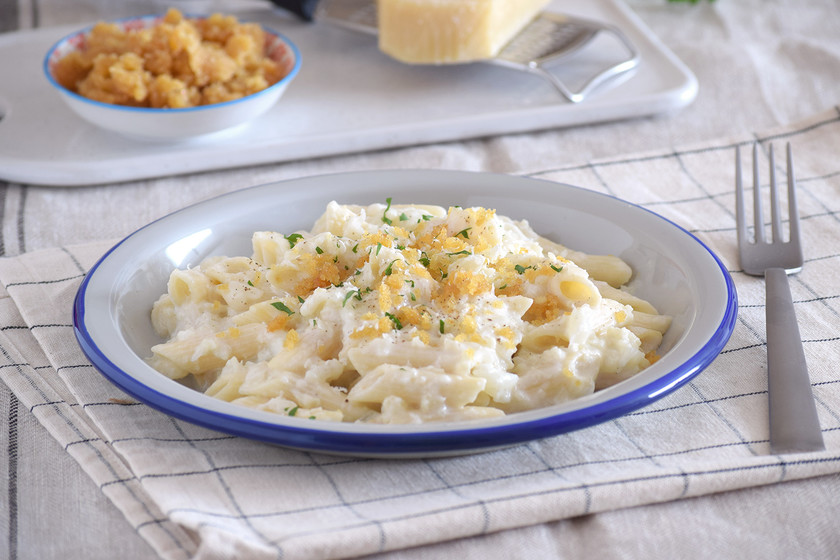 Pasta con salsa de coliflor cremosa y crujiente de queso: receta para sorprender (incluso si odias la verdura)