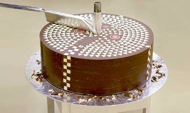 Formas geométricas que van apareciendo en un gran cilindro de chocolate