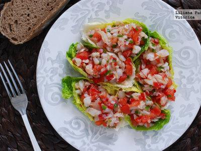 Ensalada de pescado en tacos de lechuga. Receta saludable