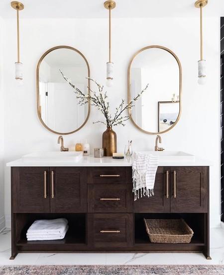 Ideas para decorar (no solo iluminar), con apliques y lámparas colgantes en el cuarto de baño