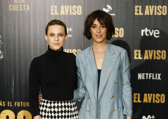 """Aura Garrido y Belén Cuesta derrochan estilos muy diferentes en el photocall de """"El Aviso"""""""