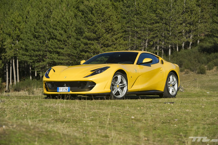 Ferrari 812 Superfast delantera lateral
