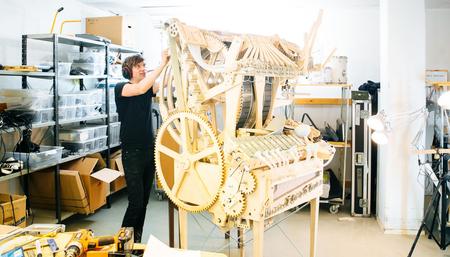 Molin Martin, fundador de Wintergatan, perfecciona la original Marble Machine.