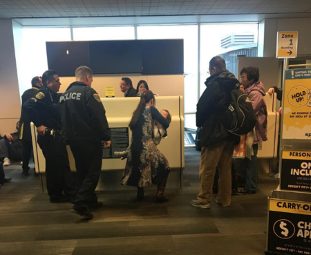 Una madre asegura que fue expulsada de un avión sin recibir explicaciones por querer amamantar a su hijo