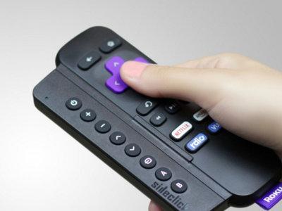 Con este accesorio de SideClick podrás manejar con una sola mano dos mandos a distancia distintos
