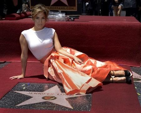 Pues parece ser que al fin JLo tiene su estrella en el paseo de la fama, que ya iba tocando...