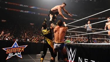 Stephen Amell en la WWE... lo mismo me aficiono yo a esos brutos