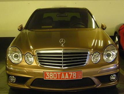 Mercedes E63 AMG dorado