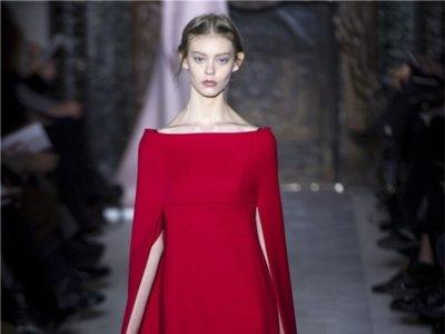 Clonados y pillados: si mueres por los vestidos con capa de Valentino este clon te encantará