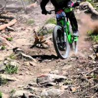 Mountain bike al extremo en slow motion