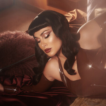 La nueva paleta de Huda Beauty viene cargada de tonos nude y luminosidad, y es tan preciosa que se hace ideal para las próximas fiestas