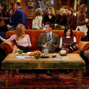 El sofá del Central Perk y algunos outfits de Rachel salen a subasta, junto con otros objetos originales y réplicas exactas del set de 'Friends'