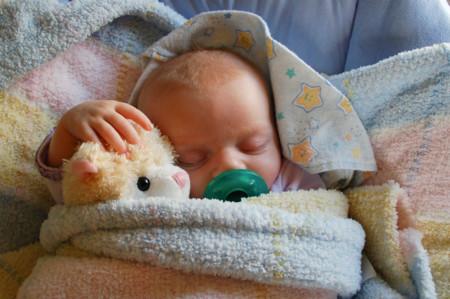 Bebé con Peluche