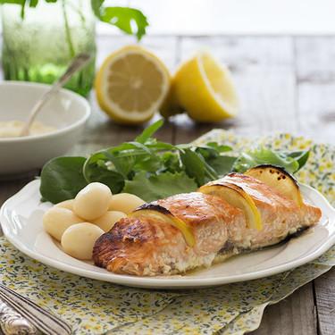 Salmón al horno caramelizado con sirope de arce y limón: receta agridulce para una comida diferente