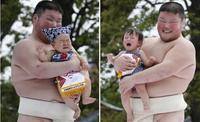 Cerca de 800 bebés participan en un concurso al bebé más llorón en Japón