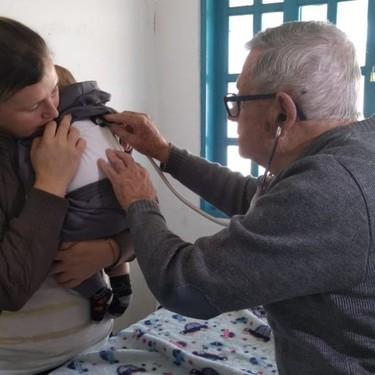La bonita historia de un pediatra jubilado, quien a sus 92 años atiende gratis a los niños de una comunidad humilde en Brasil