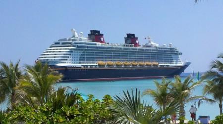 """Un supuesto miembro de Anonymous, rescatado y detenido """"gracias"""" a un crucero Disney"""