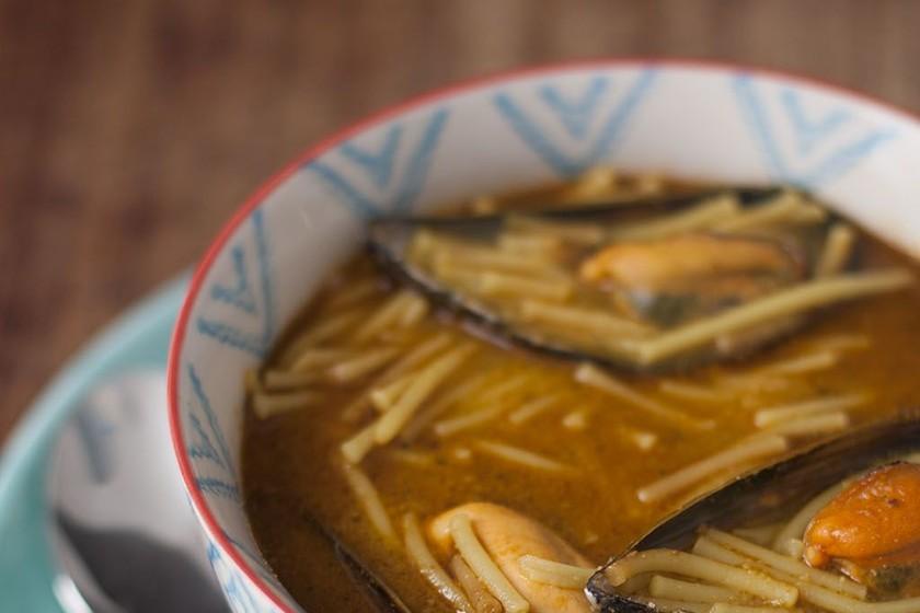 Fideos caldosos con mejillones. Receta fácil y sabrosa