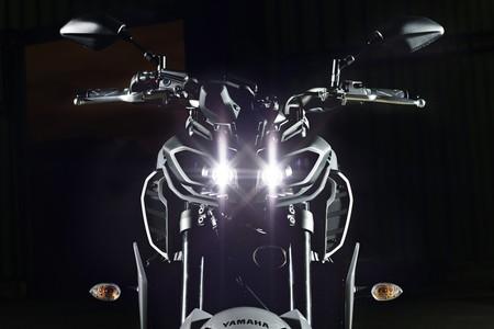 Unos nuevos ojos se iluminan en la oscuridad, aquí tienes la aún más enfadada Yamaha MT-09