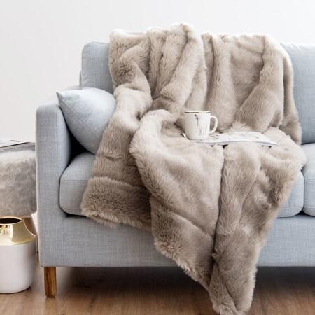 Nueve mantas y plaids para disfrutar al máximo del plan más solicitado del invierno: 'Netflix & chill' en el sofá