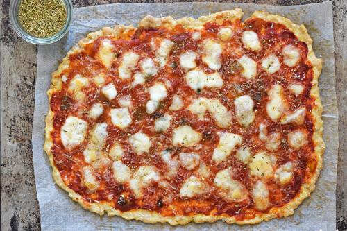 Pizza keto con base de pollo: receta saludable rica en proteínas con pocos hidratos