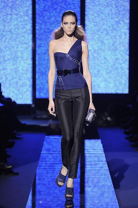 La mujer Versace viste de azul y negro esta Navidad