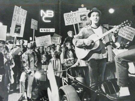 Un grupo de estudiantes protesta frente a la NBC por la cancelación de