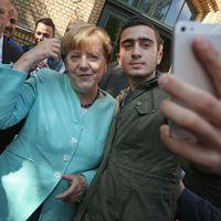 El refugiado que se hizo un selfie con Angela Merkel ahora demanda a Facebook por las fake news