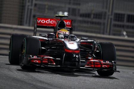 Lewis Hamilton consigue el mejor tiempo en Abu Dhabi. Fernando Alonso, tercero