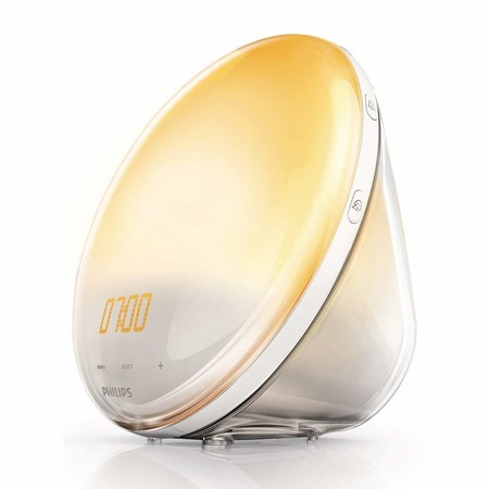 Por 77,55 euros en Amazon podemos hacernos con este despertador Philips Wake Up Light que replica el amanecer
