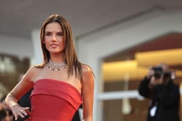 Alessandra Ambrosio pisa fuerte en el Festival de Venecia