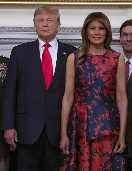 Melania Trump se atreve con el mikado de seda y las flores, una de las combinaciones más complicadas que defiende a la perfección