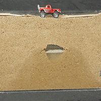 Con un Hot-Wheels y una caja llena de arena entenderás cómo se forman los socavones que se tragan coches
