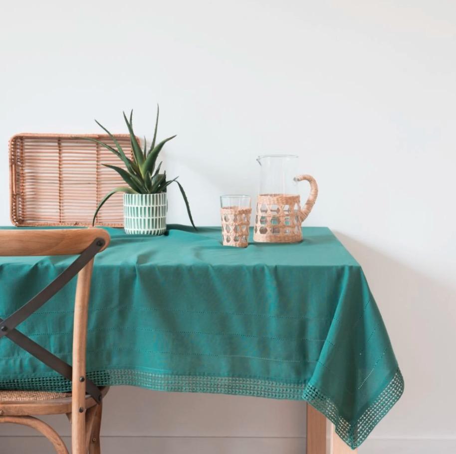 Mantel de algodón verde con motivos decorativos de rayas 150x250