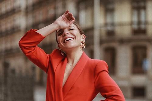 Las influencers ya tienen la prenda de la temporada y tú también puedes lucirla: 15 blazers llenas de estilo
