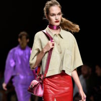 Los tejidos metalizados serán los principales protagonistas de la colección de Trussardi para el verano próximo