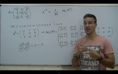 David Calle enseña a resolver problemas de matemáticas, física y química en Unicoos