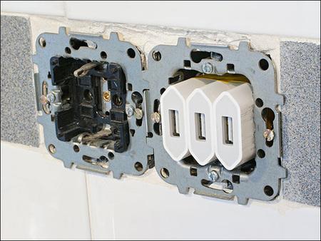 Y aquí el detalle de los tres adaptadores dentro del cajetín