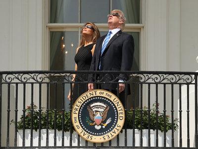 Melania Trump vuelve a eclipsar (nunca mejor dicho) hasta con gafas de cartón incluías