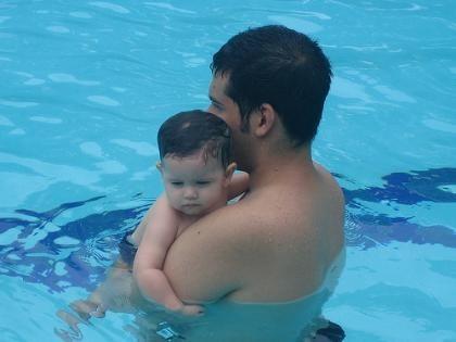La foto de tu bebé: disfrutando de la piscina con papá