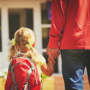 ¿Cuál es el peso máximo que deben llevar los niños en la mochila a la espalda y de ruedas para evitar lesiones?