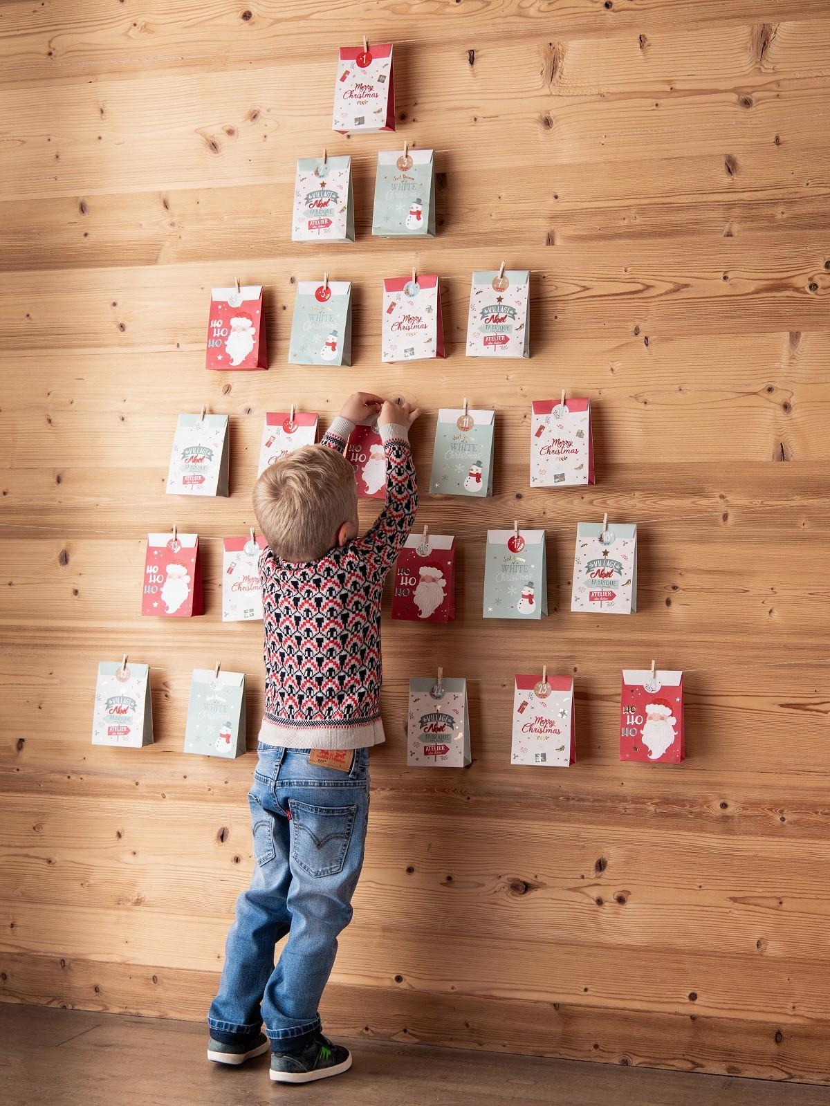 Calendario de adviento con bolsitas de papel estampado