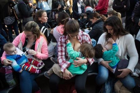 """Sacando pecho frente a la injusticia: miles de mujeres argentinas se suman a una """"tetada"""" por el derecho a dar de mamar en público"""